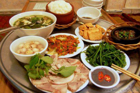 Bữa cơm Việt Nam còn không thể thiếu các loại mắm nước hay cái hay dưa, cà.